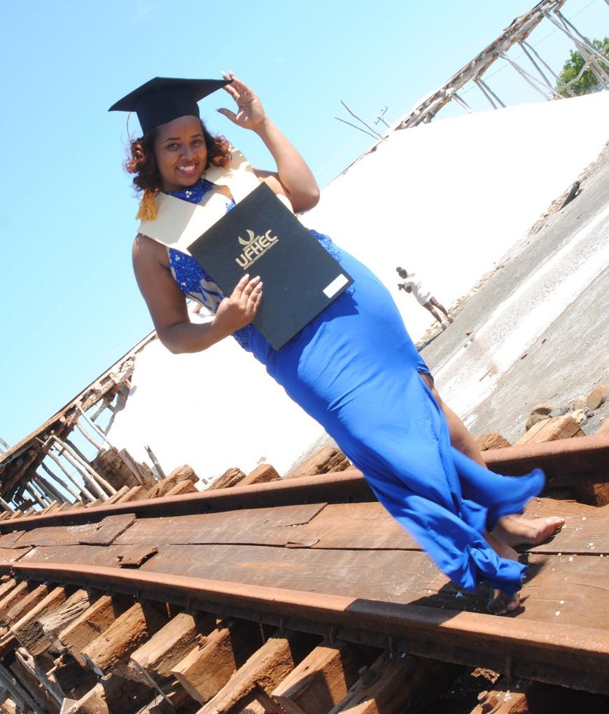 Genisis met haar diploma
